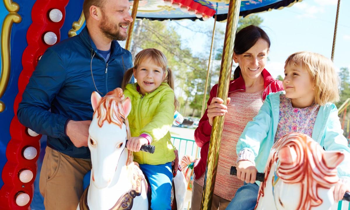 Familie i forlystelsespark