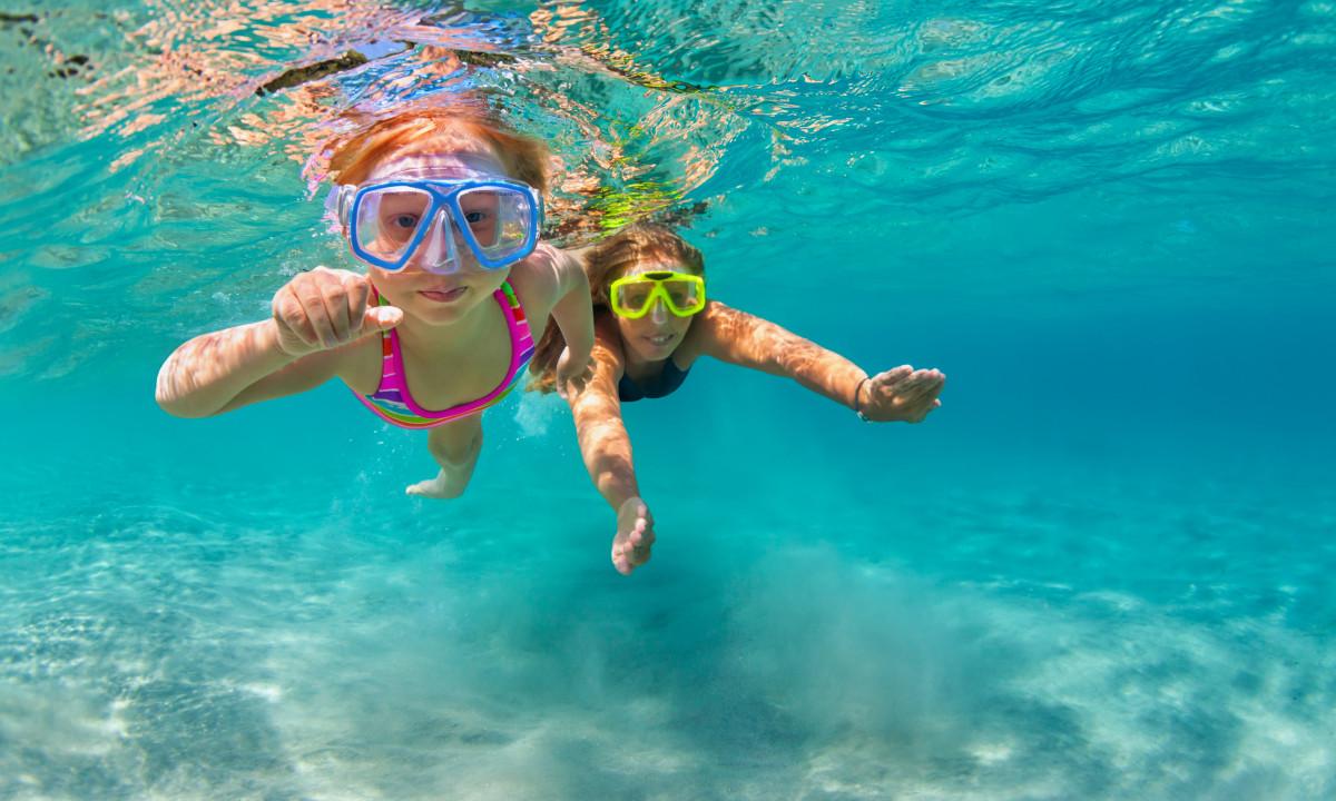 Svømmetur - To børn dykker i havet