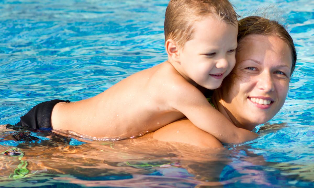 I poolen med børnene