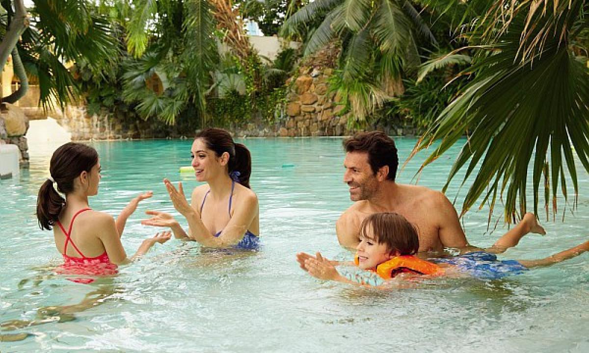 Les Bois-Francs - Familie samlet under palmerne i badelandet