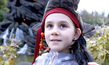 Viola klædt ud som pirat