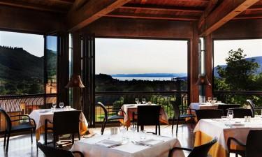 Smukt beliggende restaurant og både pool- og pianobar