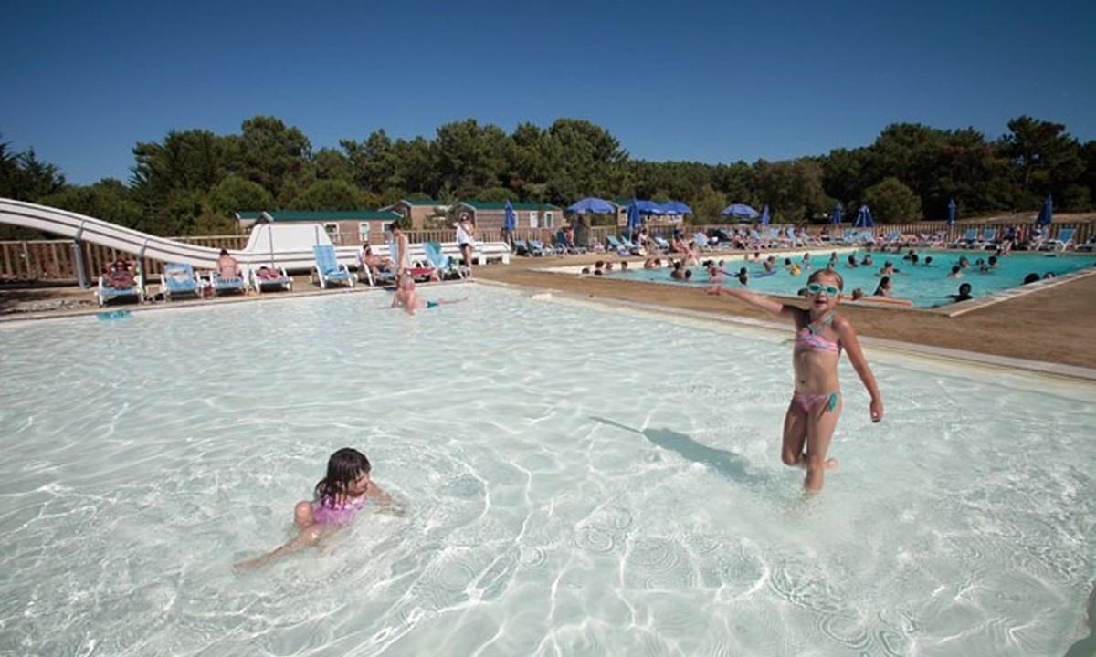 Afkøling i poolen for børnene