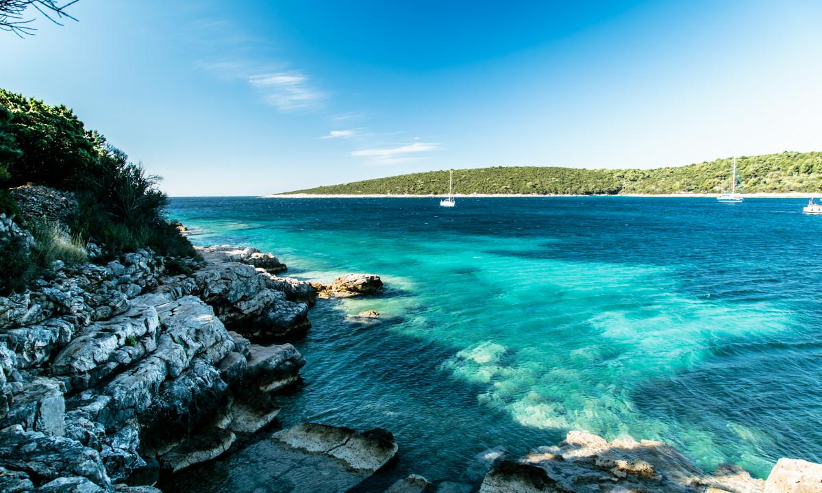 Smuk klippestrand ved Istrien