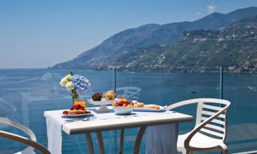 Club Due Torri - Nyd måltiderne med udsigt over kysten