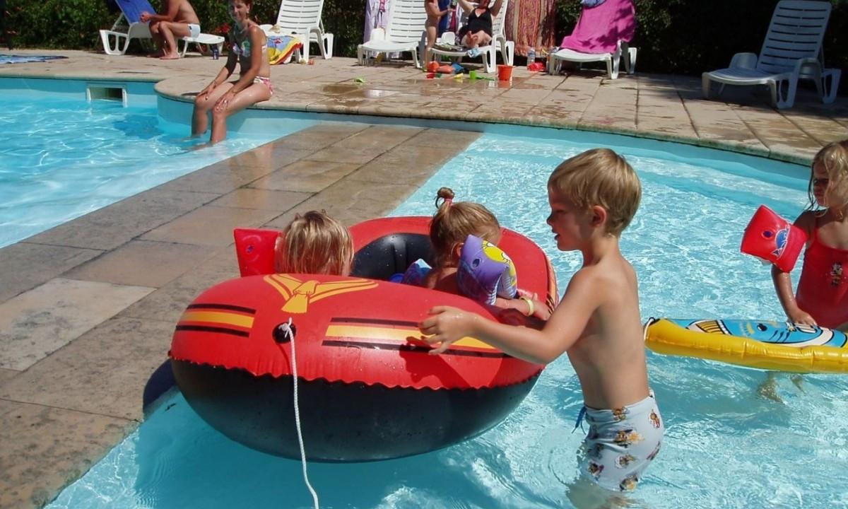 Gummibåd i poolen