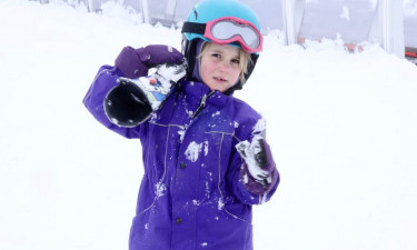 Viola med ski i lilla skitøj