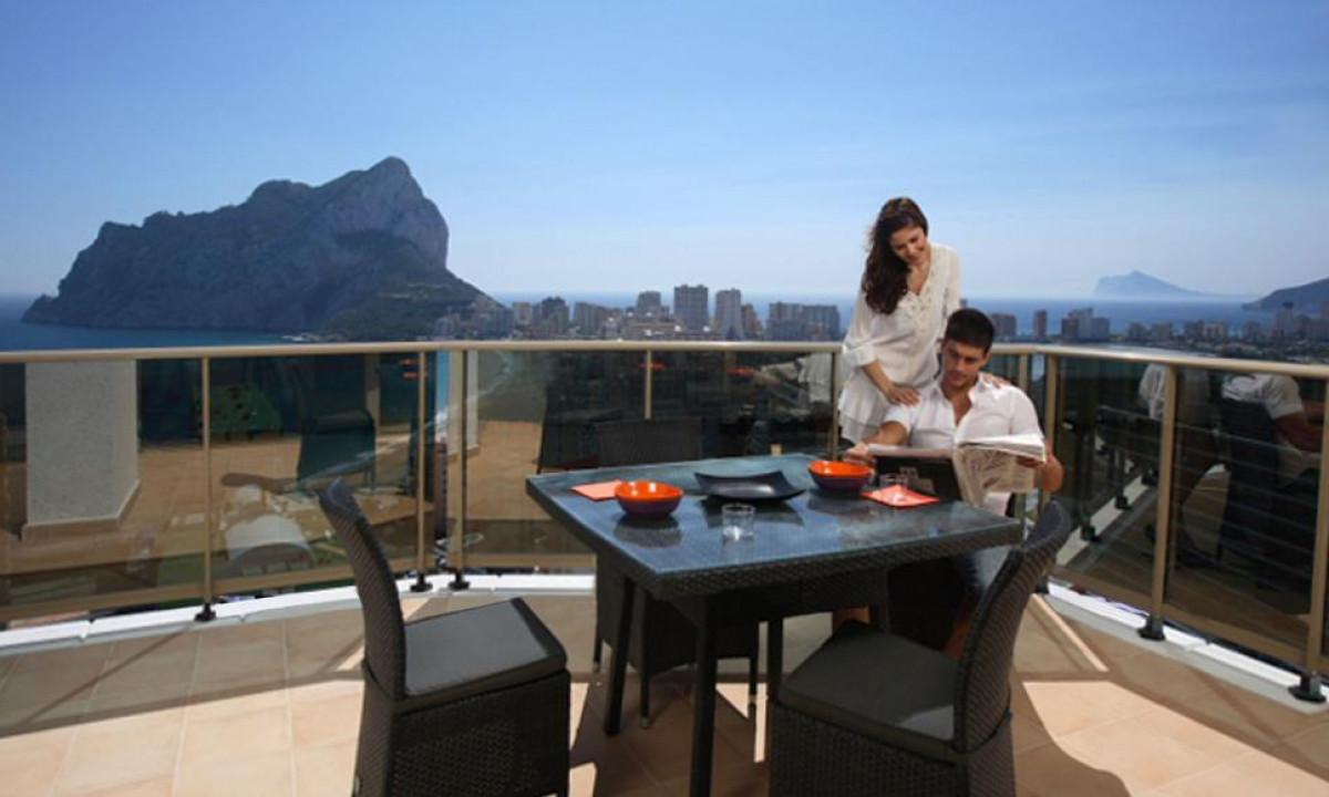 Udsigt til Middelhavet og klippen fra balkon paa Esmeralda Suites
