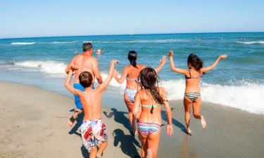 Familie hopper i bølgen blå