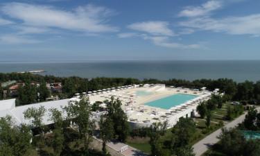 Poolområde og lige ved stranden