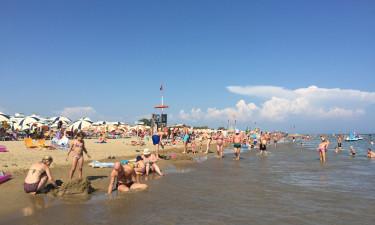 Strand med sand og badegæster