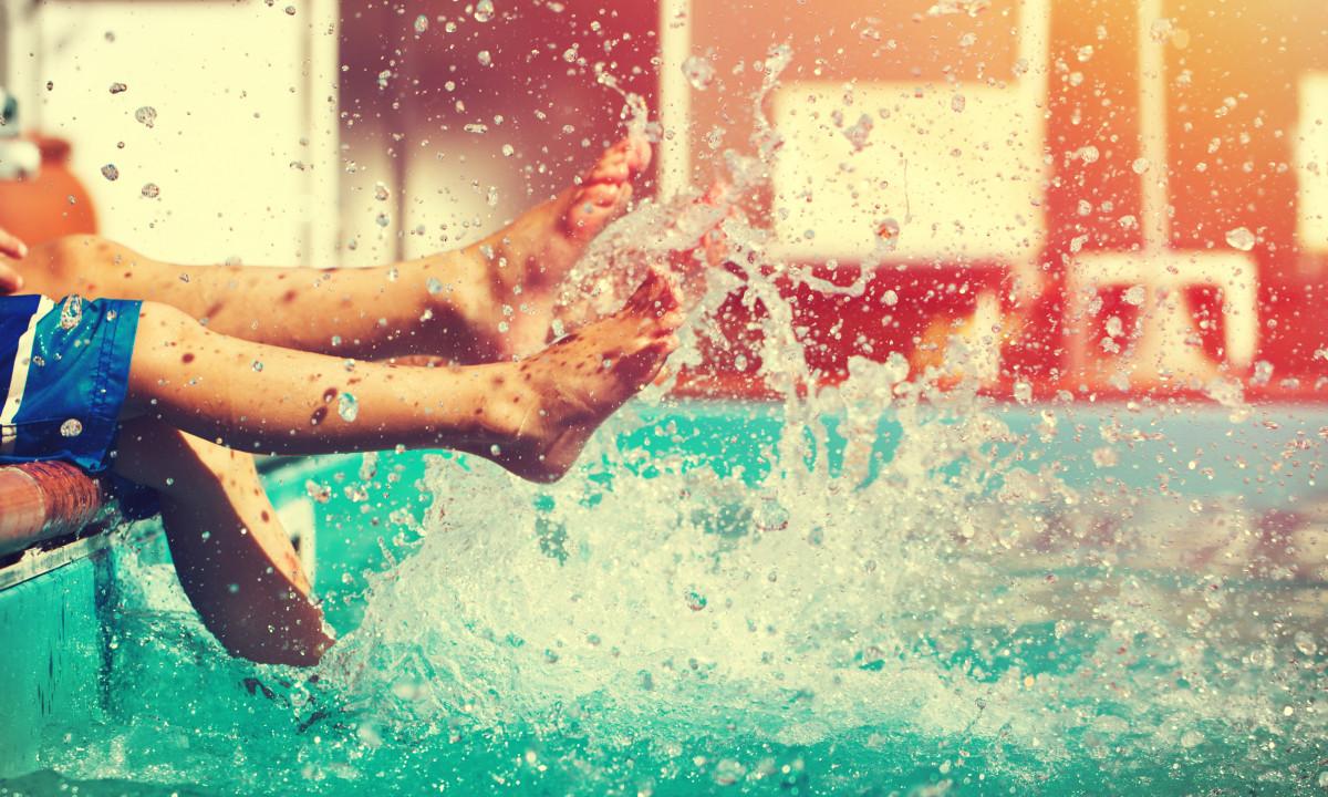 Poolområde - Børn pjasker i vandet med fødderne