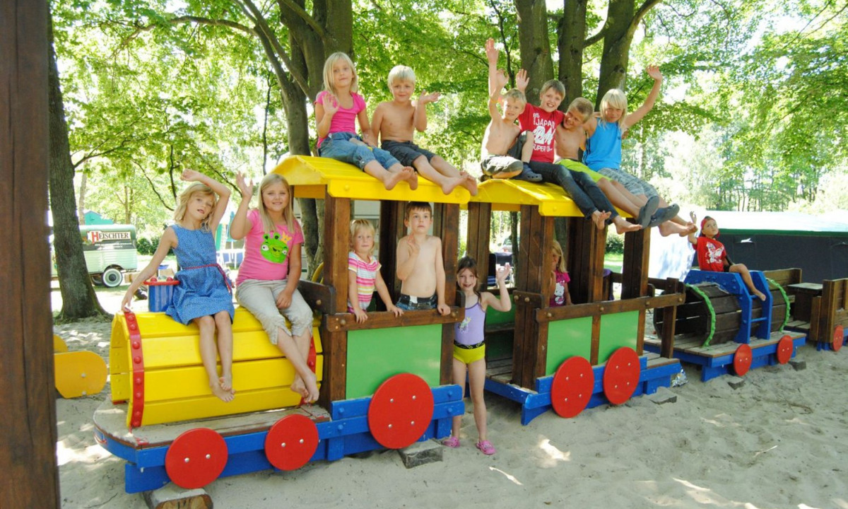 Legeplads med boern paa Camping Fuussekaul