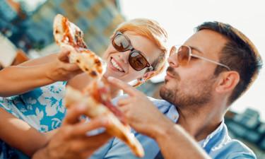 Madoplevelser - Par nyder italiensk pizza