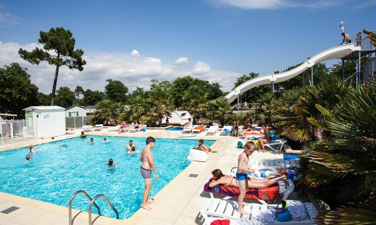 Badeglade børn i poolområdet