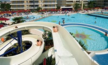 Stort poolområde og lækker strand i nærheden