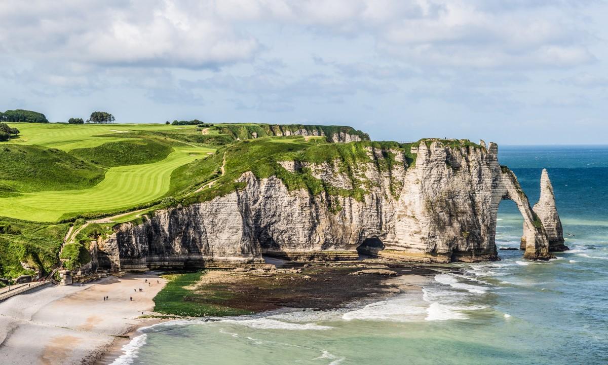 Smuk kyststraekning med klipper i Normandiet