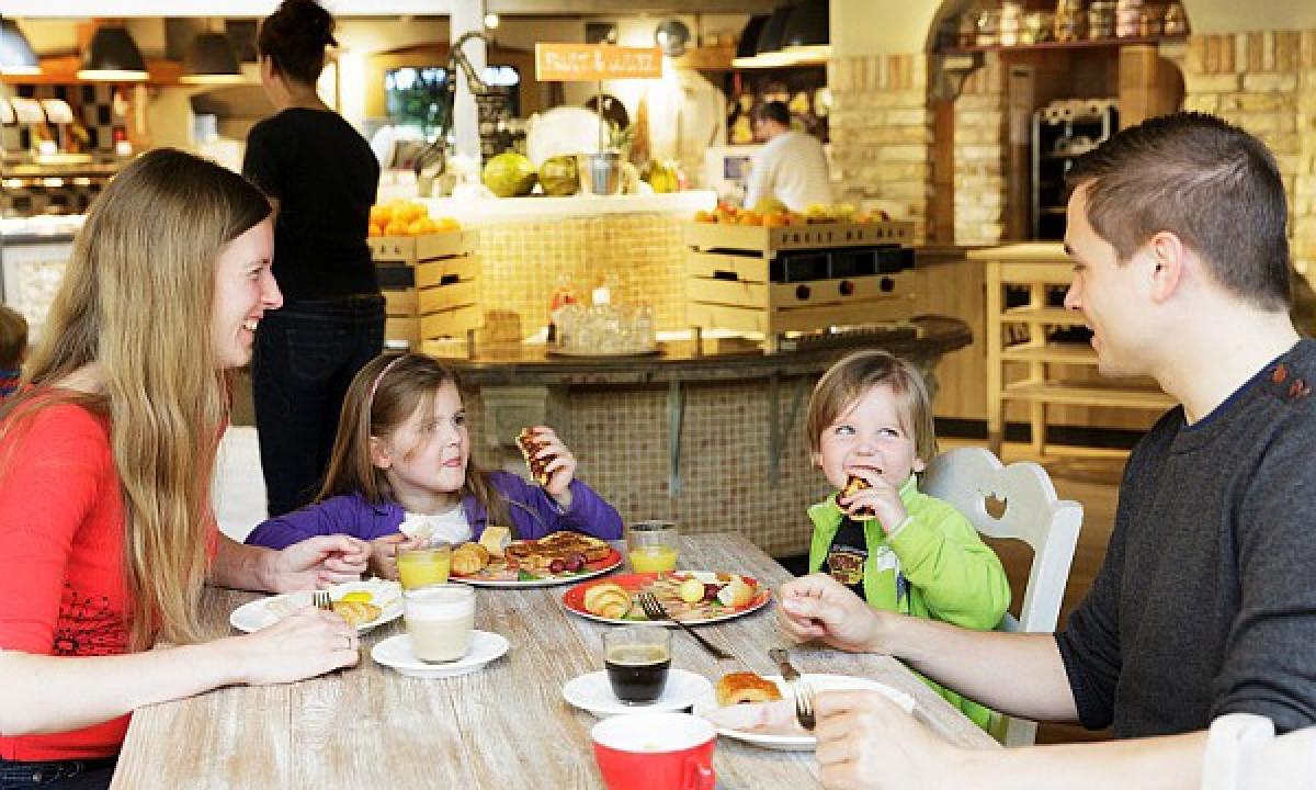 Erpderheide - Familie spiser i Market Dome