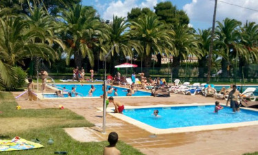 Lækkert poolområde og 900 m til stranden