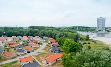 Vælg mellem hyggelige bungalows og moderne ferielejligheder
