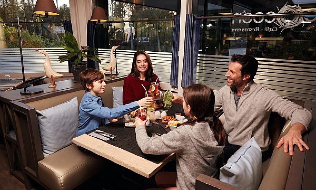 Les Bois-Francs - Familie på restaurant i badelandet