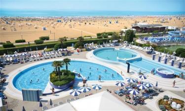 Lækkert poolområde og direkte adgang til skøn strand
