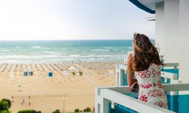 Kvinde, der kigger ud over Adriaterhavet - Bibione
