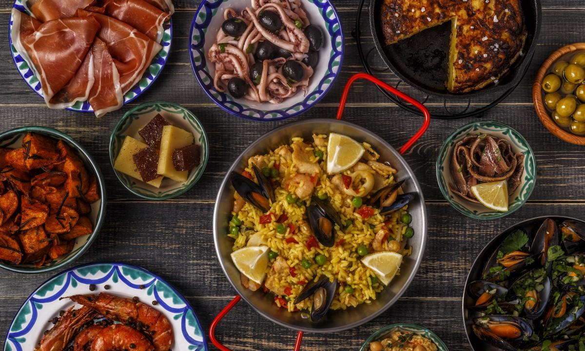 Paella - Spansk ret paa bordet