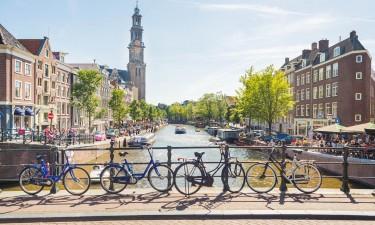 Amsterdam i Holland - Cykler ved kanal
