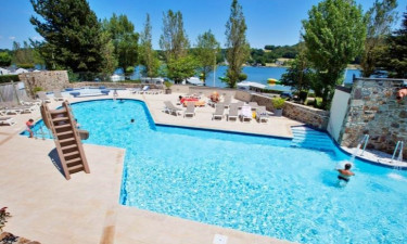 Pool Camping Les Genêts (Aveyron) in den mittleren Pyrenäen