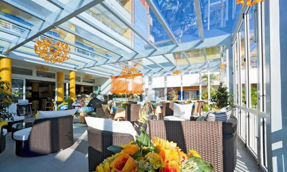 Morgenmadsrestaurant og lobby-bar paa feriestedet