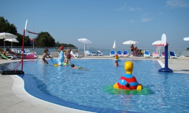 2 swimmingpools og få meter til smuk strand