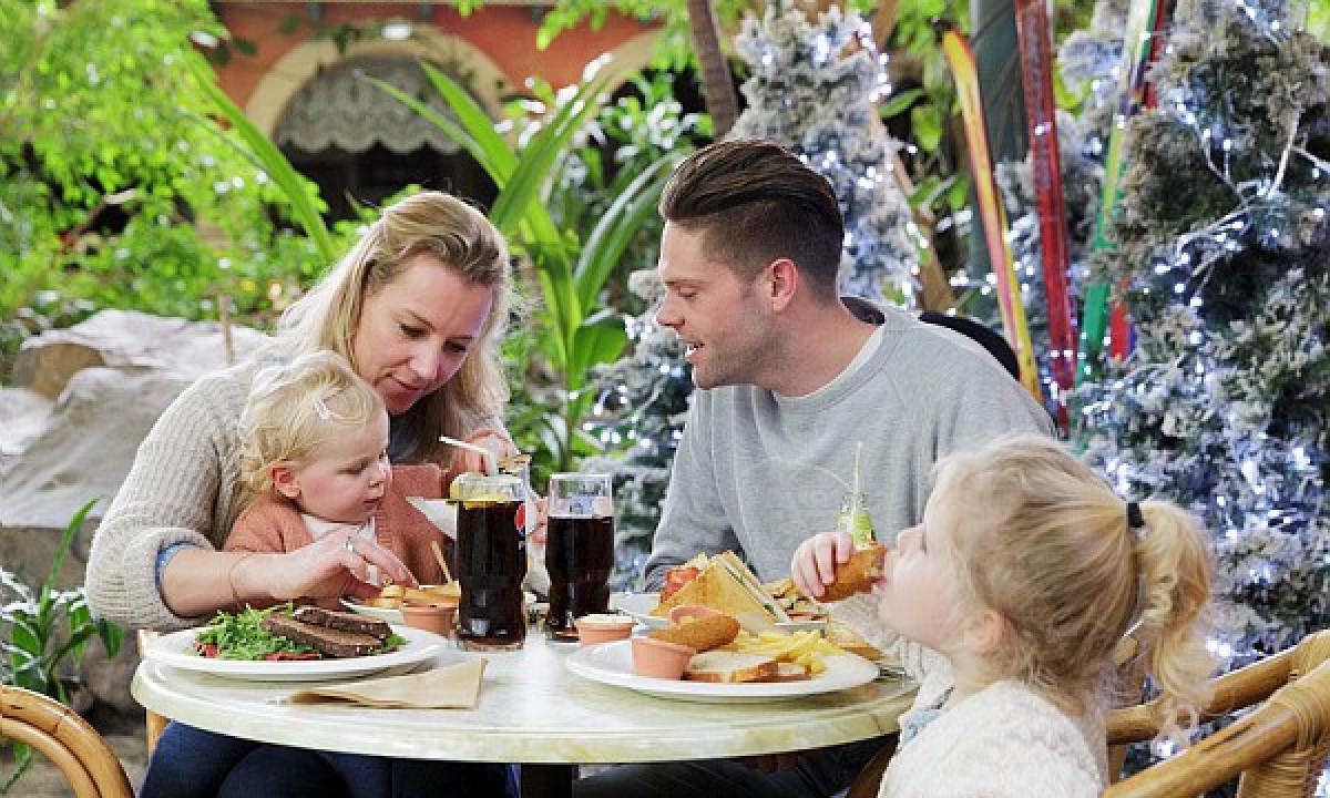 Het Meerland - Familie spiser i badelandets café