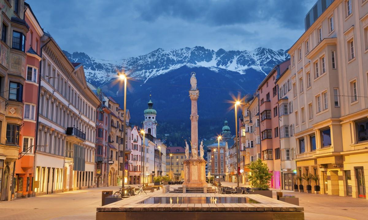 Innsbruck i Oestrig - Byen om aftenen