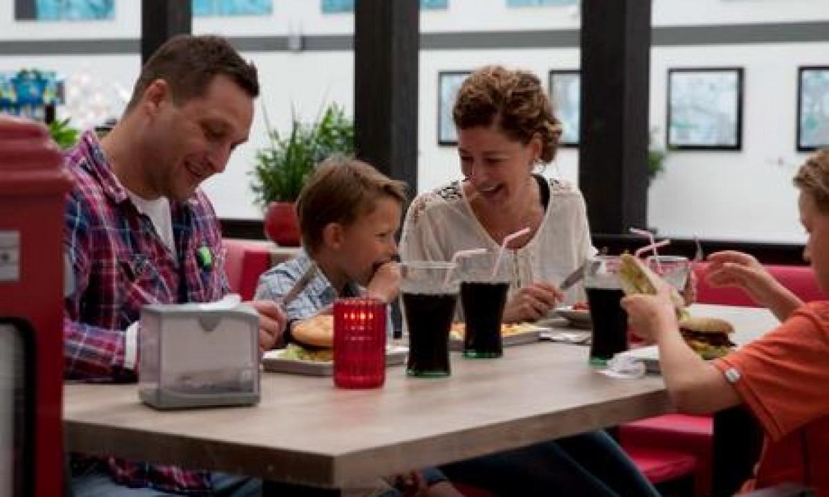 Seawest feriecenter i Vestjylland - Familie der spiser på cafe