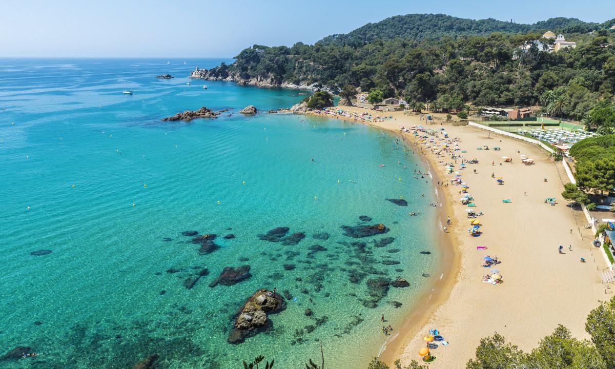 Strand paa Costa Brava i Spanien