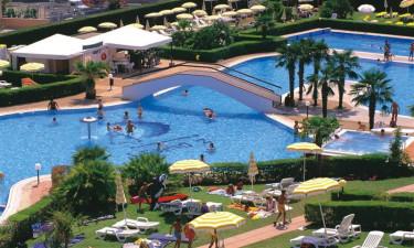Stort poolområde og tæt ved strand