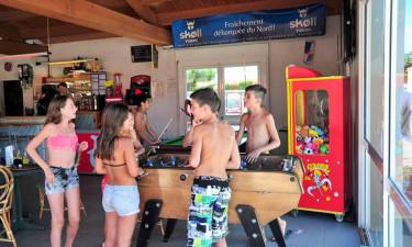 Børn omkring fodboldbord