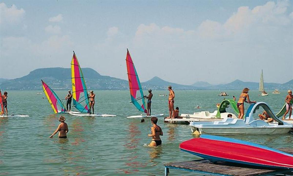 Tihany strand ved Balatonsoeen - Windsurfing