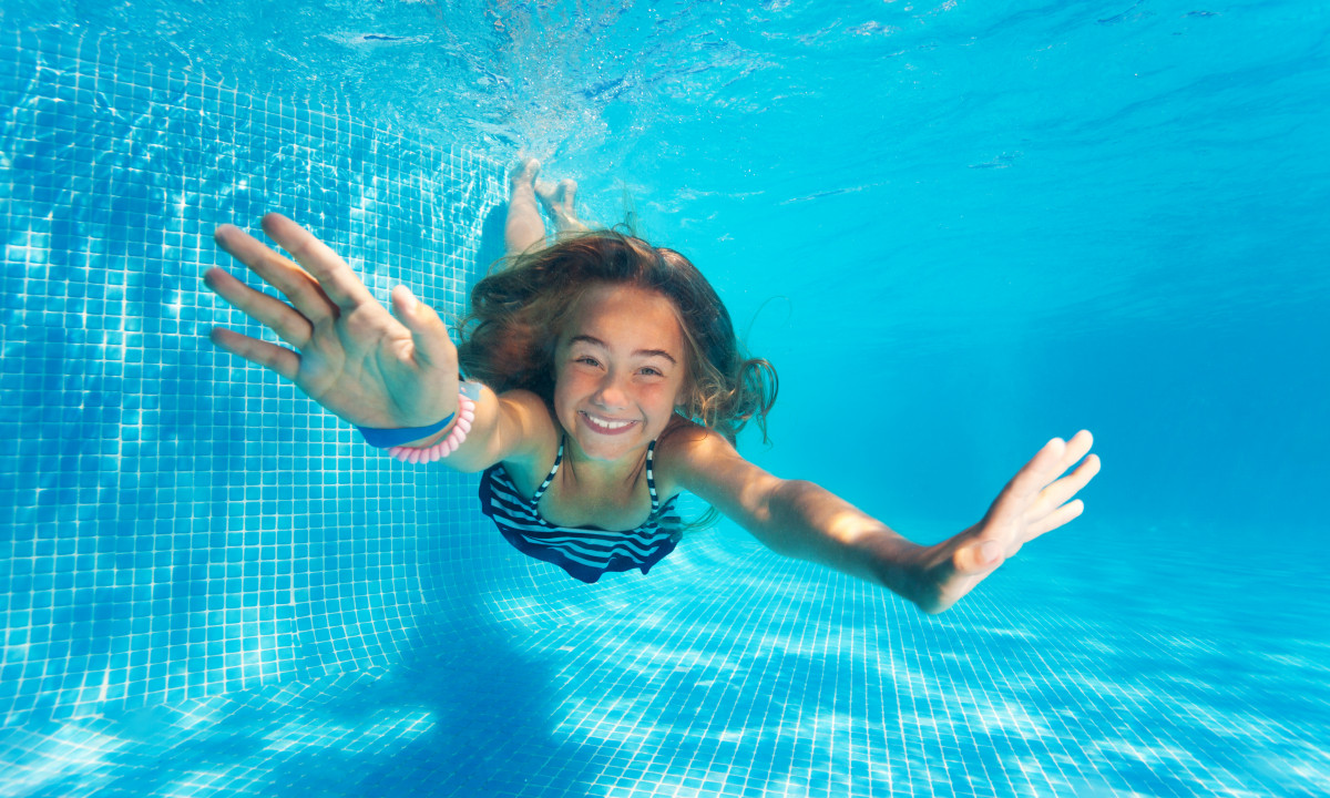Svømmetur - Barn dykker i poolen