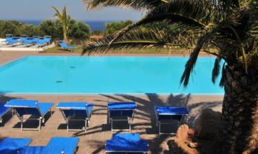 Rummeligt poolområde med plads til hele familien