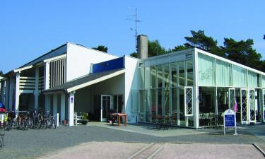 Nyd feriestedets café og nærliggende restaurant