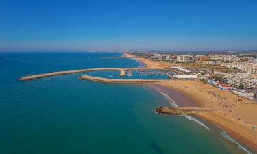 Quarteira havn og by ved havet