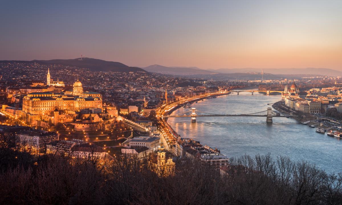 Budapest - Panoramisk udsigt over Donau og byen ved aften