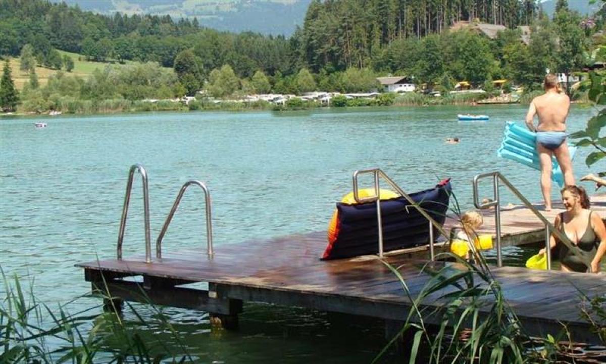 Badebroen nede ved søen