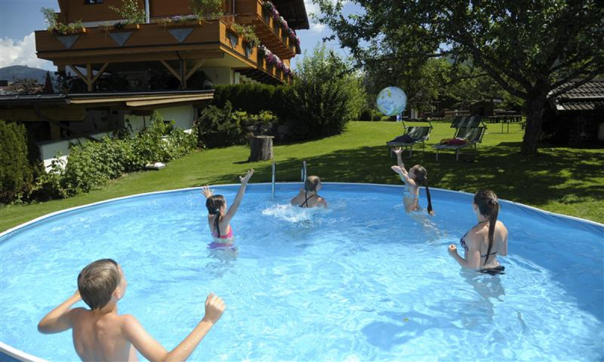 Landhaus Rustika - Børn leger i poolen