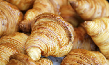 Friskbagte croissanter fra pladsens supermarked