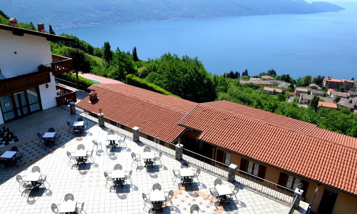 Restaurant paa La Forca og udsigt til Gardasooen