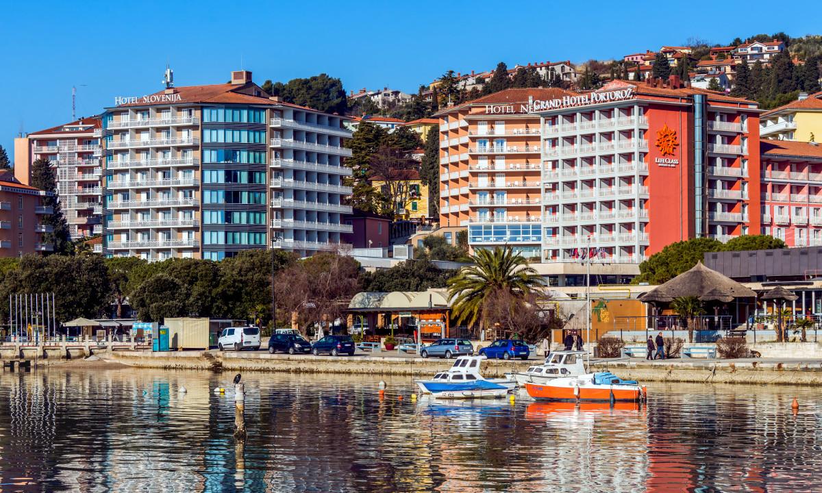 Portoroz i Slovenien - Kystby med baade og farverige huse