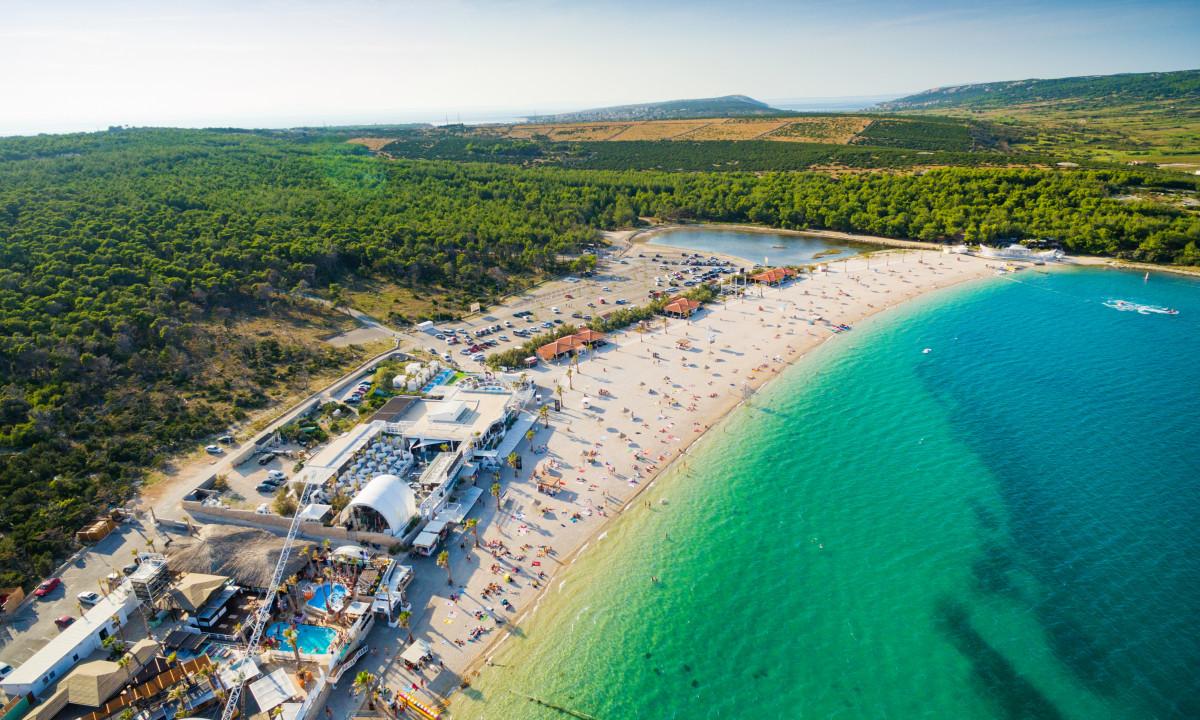 Stranden Zrce paa Oeen Pag i Kroatien